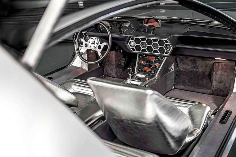 Megszegem az ígéretemet, mert megfogadtam, hogy csak valódi autókat teszek a válogatásba, prototípusokat nem, de az 1967-es Lamborghini Marzal belseje annyira különleges, hogy levágtam volna a jobb kezem, ha nem veszem ide