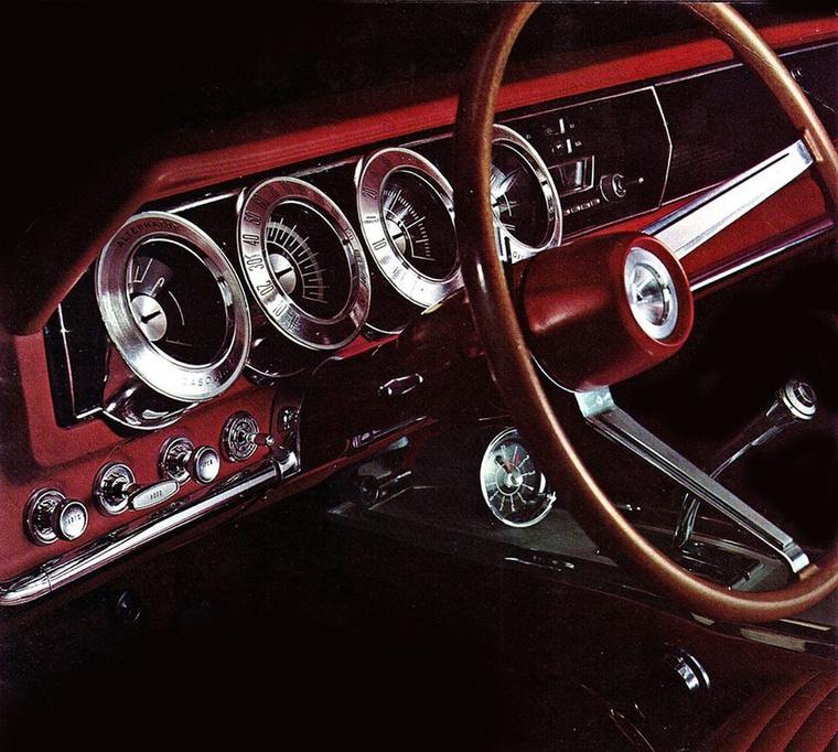 Még mindig az 1966-os Dodge Charger belseje, tudom, ismétlés, de muszáj közelről megmutatnom a műszerek karimájára vésett számozást, a görbe, króm előválasztó kart, az egész műszerfal valószerűtlen stílusosságát.