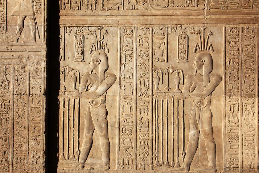 A parfümkészítés folyamatát bemutató egyiptomi fal.