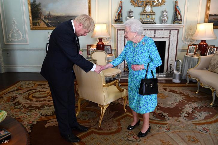 Az újonnan megválasztott Boris Johnson miniszterelnököt köszönti II. Erzsébet brit királynő a Buckingham Palotában 2019. július 24-én