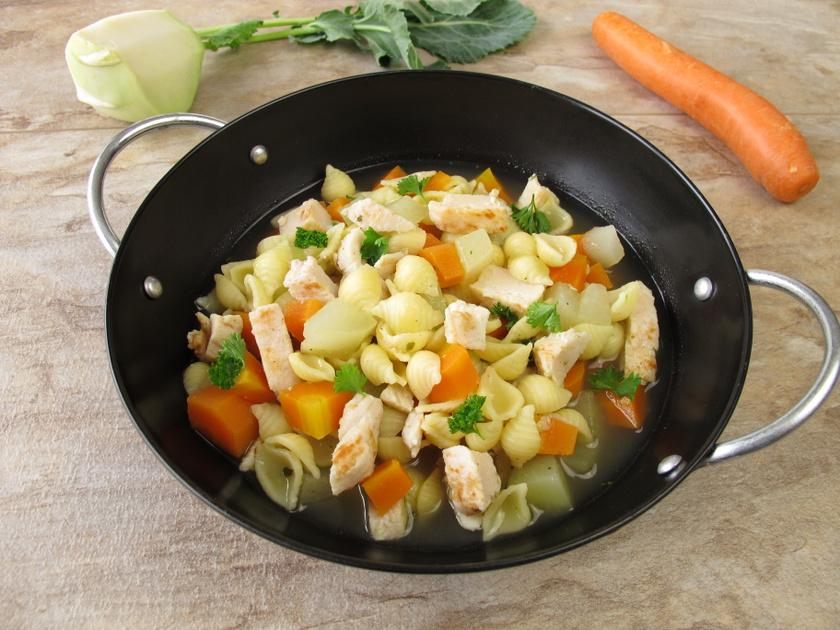 A karalábéleves könnyű, mégis gazdag előétel, amely az alapzöldség miatt káliumot és A-vitamint is tartalmaz. Répával, krumplival, csirkemellel gazdagítható, de a hagymát hagyd ki belőle!
