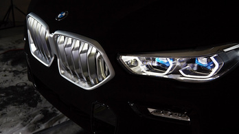 A világ legsötétebb autóját viszi a BMW Frankfurtba