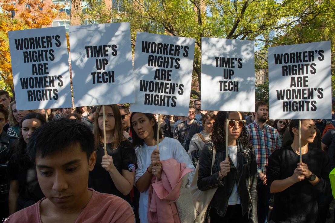 A Google dolgozói tüntetnek a szexuális zaklatások ellen és a nemi egyenjogúság mellett 2018. november 1-jén New Yorkban.