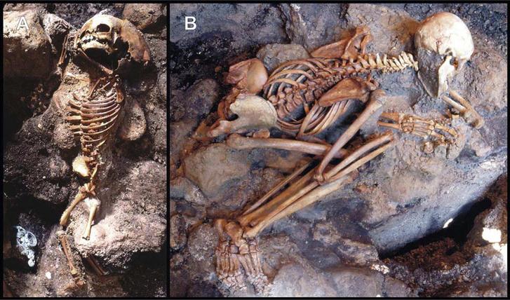 Egy gyermek (A) és egy fiatal felnőtt férfi csontváza (B) a hamuból feltárva