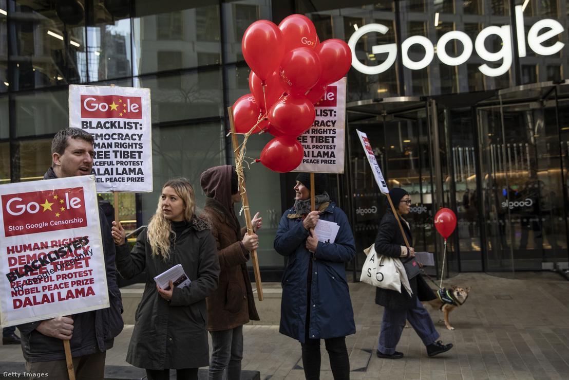 A Dragonfly projekt ellen tüntetők a Google londoni irodája előtt 2019. január 18-án. Az akciót emberi jogi aktivisták szervezték a világ számos pontjára a kínai piacra tervezett cenzúrázott keresőmotor ellen.