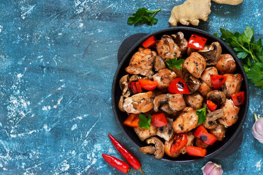 Egyedényes fűszeres, zöldséges csirke: szétomlik a hús a szádban
