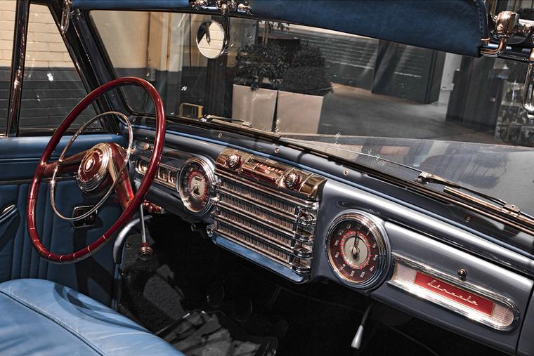 Még mindig Amerika, még mindig 1946, s egy Lincoln Continental belseje, amelyben a belső tükörre nemigen számíthatott a sofőr, bár abban a több négyzetméternyi krómdíszítésben valahogyan nyilván hátra is lehetett skubizni