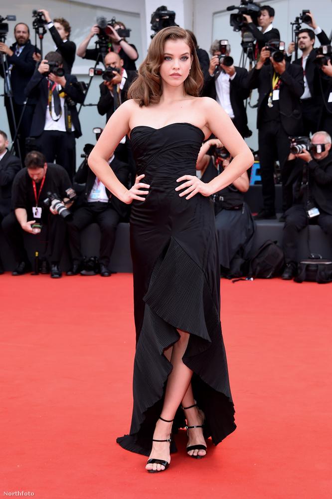 A modell egy visszafogott, fekete ruhában jelent meg, a '20-as évek hollywoodi csillagjaira emlékeztető frizurával