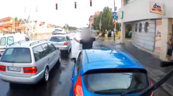 Szándékosan akadályozta a buszt egy ámokfutó autós – videó