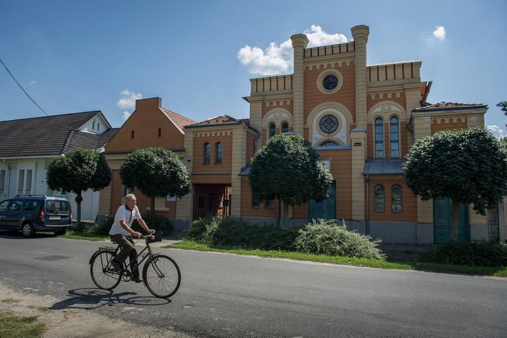 Az 1895-ben épített romantikus stílusú zsinagóga főhomlokzata