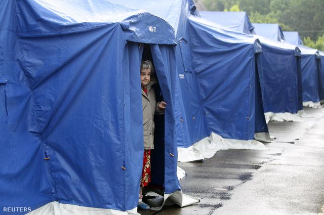 Még nem született terv a lakosság elhelyezéséről, a következő napokban a katasztrófavédelem és a vöröskereszt építette sátortáborokban maradnak.