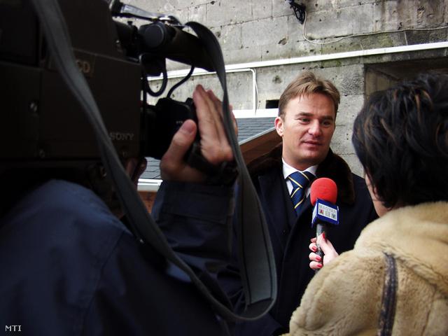Veres István a Citadella 4-u Vagyonkezelő Kft. ügyvezető igazgatója sajtótájékoztatót tartot 2002-ben.