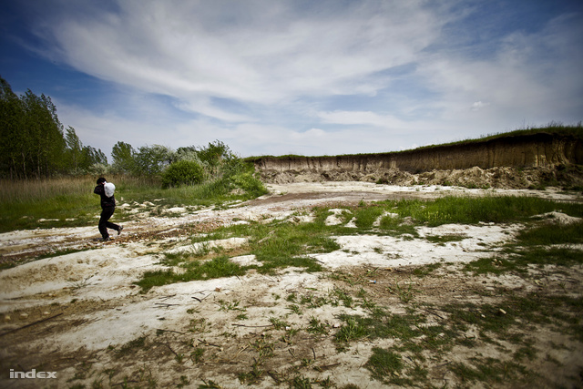 Az EU-ba vágyó ázsiai menekültek lakhelye, Magyarországtól tíz kilométerre.