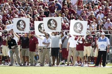 A Florida State Seminoles csapat saját logóját mutatja táblán a játékosok felé – ez valószínűleg egy fixen rögzített játékvariáció kódját jelentheti