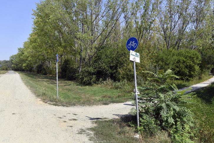 Az épülõ EuroVelo 6 kerékpárút Budapest és Szentendre közötti szakaszának leendõ nyomvonalán haladó jelenlegi mezõgazdasági út a Lupa-tó közelében Szentendrénél 2019. augusztus 29-én. Ezen a napon elhelyezték a fõváros és Szentendre között épülõ kerékpárút alapkövét.