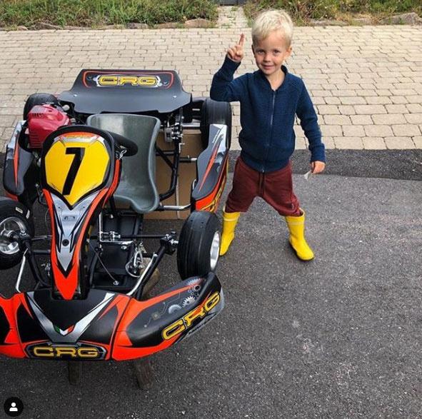 Kimi Räikkönen egy szem fia, Robin cukin pózolt a gokart autó mellett.