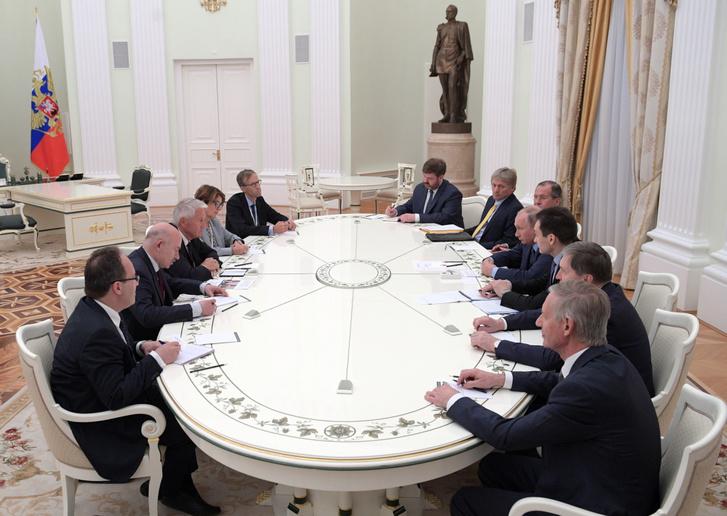 Az Európa Tanács főtitkára, Thorbjorn Jagland (3. L) és Vladimir Putyin (4. R) a Kremlben tartott ülésen.