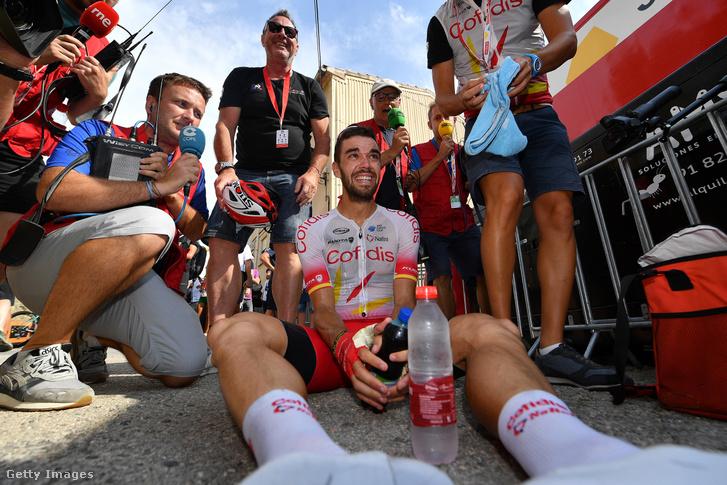 Jesús Herrada ünnepli kimerülten a Vuelta a Espana hatodik szakaszán szerzett győzelmét