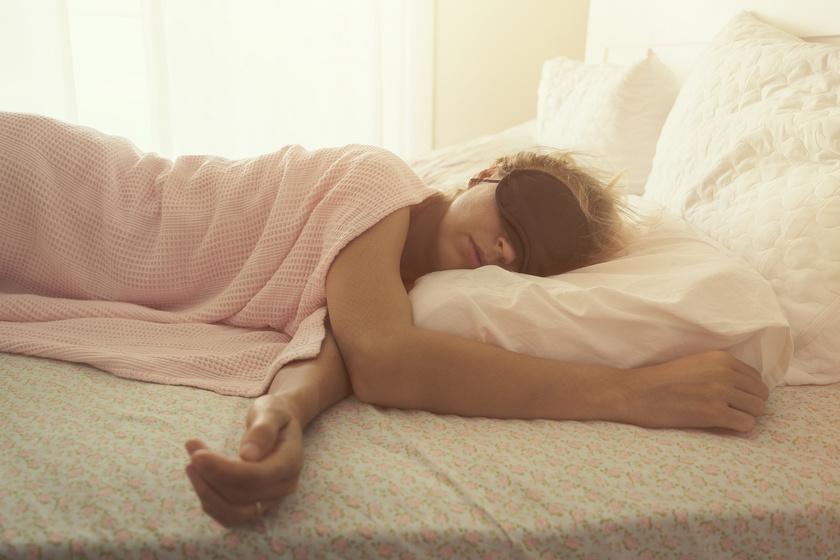 A szemfedő nagyon hasznos a betegszobákban. A pihentető alvás már út a gyógyulás felé, így kevésbé lesz zavaró, ha az ideiglenes szobatársak az éjszakába nyúlóan felkapcsolva hagyják az olvasólámpákat.