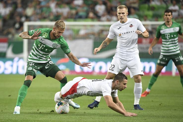 Varga Roland (b) és Andro Svrljuga (lent) a labdarúgó Európa-liga 4. fordulójában játszott Ferencváros-FK Suduva (litván) visszavágó mérkőzésen a Groupama Arénában 2019. augusztus 29-én
