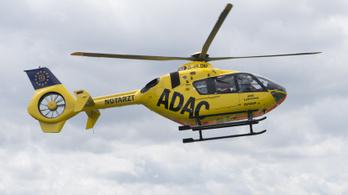 Mentőhelikopter vágott át egy távvezetéket Németországban, egy réten landolt a sérülttel
