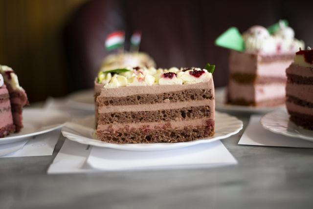 Erre a Boldogasszony-tortára biztosan nem a receptben szereplő nyomócsővel mintáztak