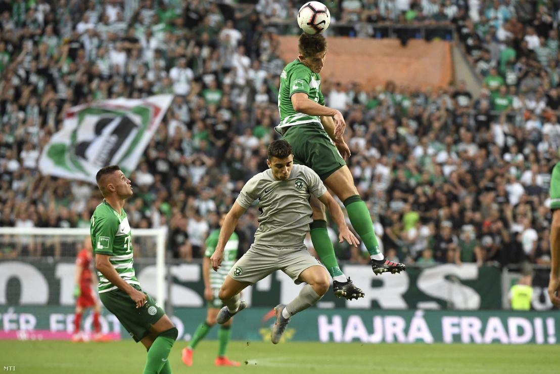 Dan Biton a bolgár Ludogorec (k) valamint Danilo Ihnatenko (j) és Olekszandr Zubkov (b) a Ferencváros játékosai a labdarúgó Bajnokok Ligája selejtezőjének 1. fordulójában játszott mérkőzésen 2019. július 10-én.