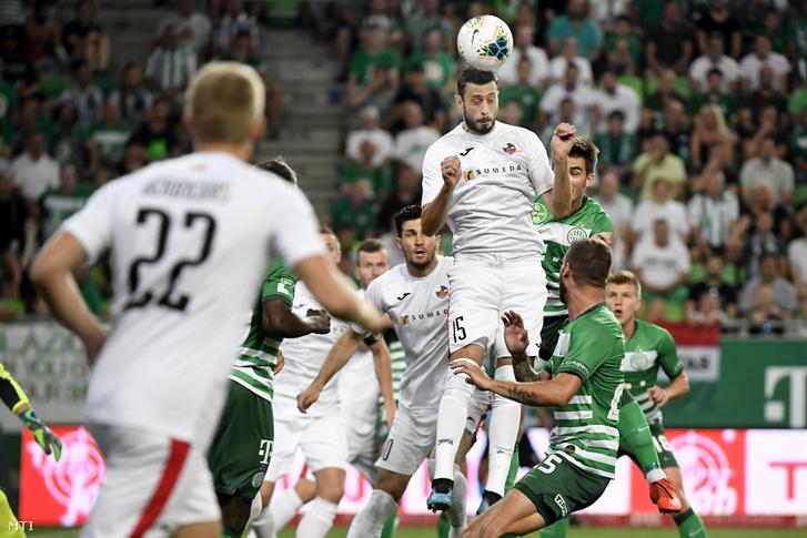 Aleksandar Zivanovic a Sūduva és Miha Blazic az FTC játékosa a labdarúgó Európa-liga 4. fordulójában játszott Ferencváros–FK Sūduva visszavágó mérkőzésen.