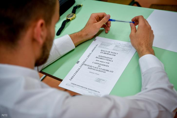 A középszintű magyar nyelv és irodalom írásbeli érettségi vizsga tételfüzete egy diák padján 2019. május 6-án egy vidéki gimnáziumban