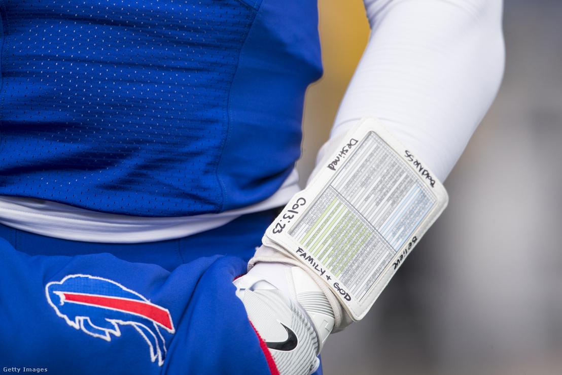 Az NFL-irányító Tyrod Taylor alkarján a wrist coach a játékok elnevezését tartalmazó információval