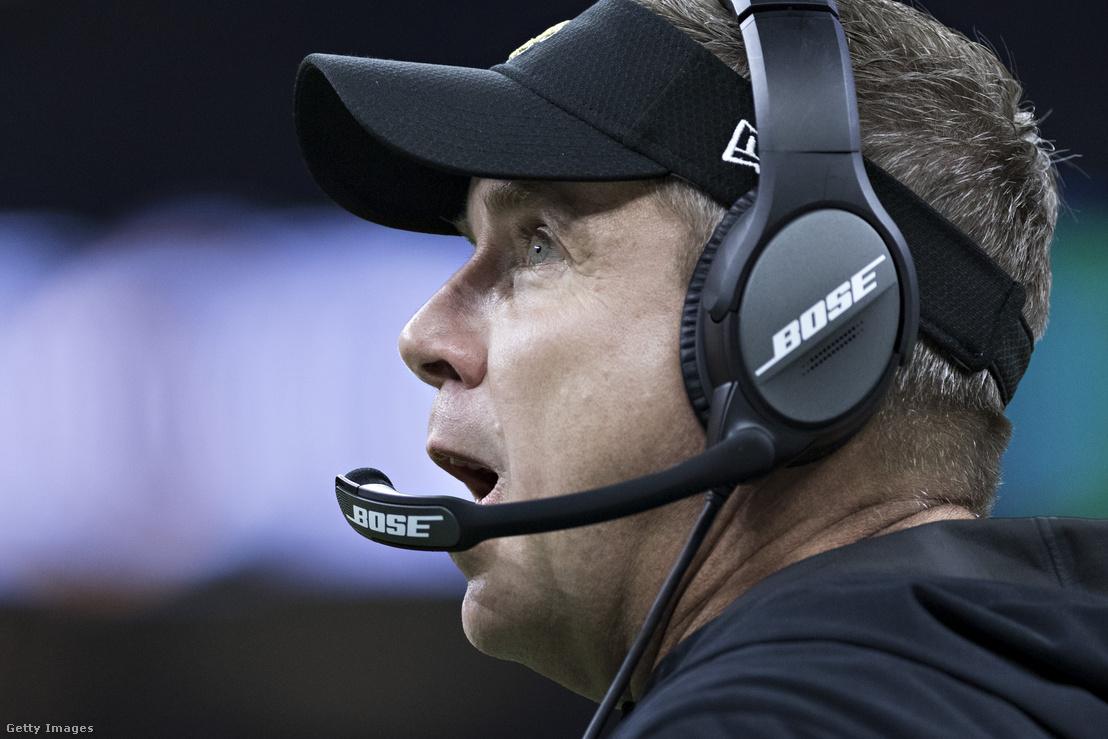 Az NFL-ben jelenleg használt mikrofonos fejhallgatók, az edzők ezeken keresztül kommunikálnak a pályán tartózkodó meghatározott játékosokkal.