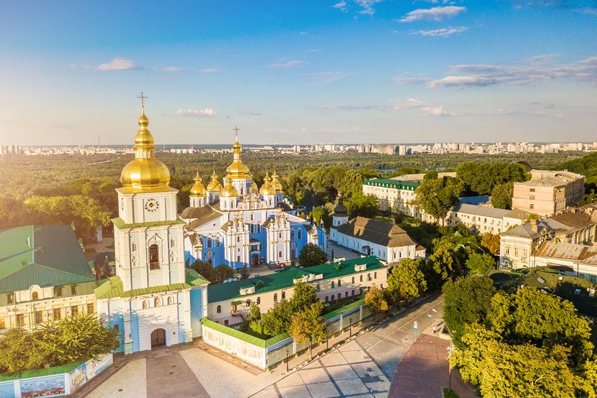 Felülnézetből a csodálatos Szent Mihály-székesegyház. Az eredeti épületet az 1930-as években a Szovjetunió lerombolta, Ukrajna 1991-es függetlenedése után viszont újjáépítették, így 1999 óta ismét látogatható.