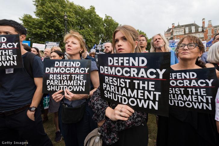 Tüntetők ezrei gyűlnek össze a Parlament házain kívül 2019. augusztus 28-án, Londonban, hogy tiltakozzanak a Parlament öt hétre történő felfüggesztésére irányuló tervek ellen.