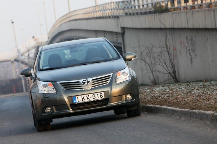 Szemből: a szamurájálarc lefejelte a Toyota-emblémát