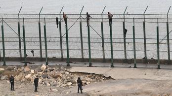 155 menekült jutott át Ceutánál a spanyol határkerítésen