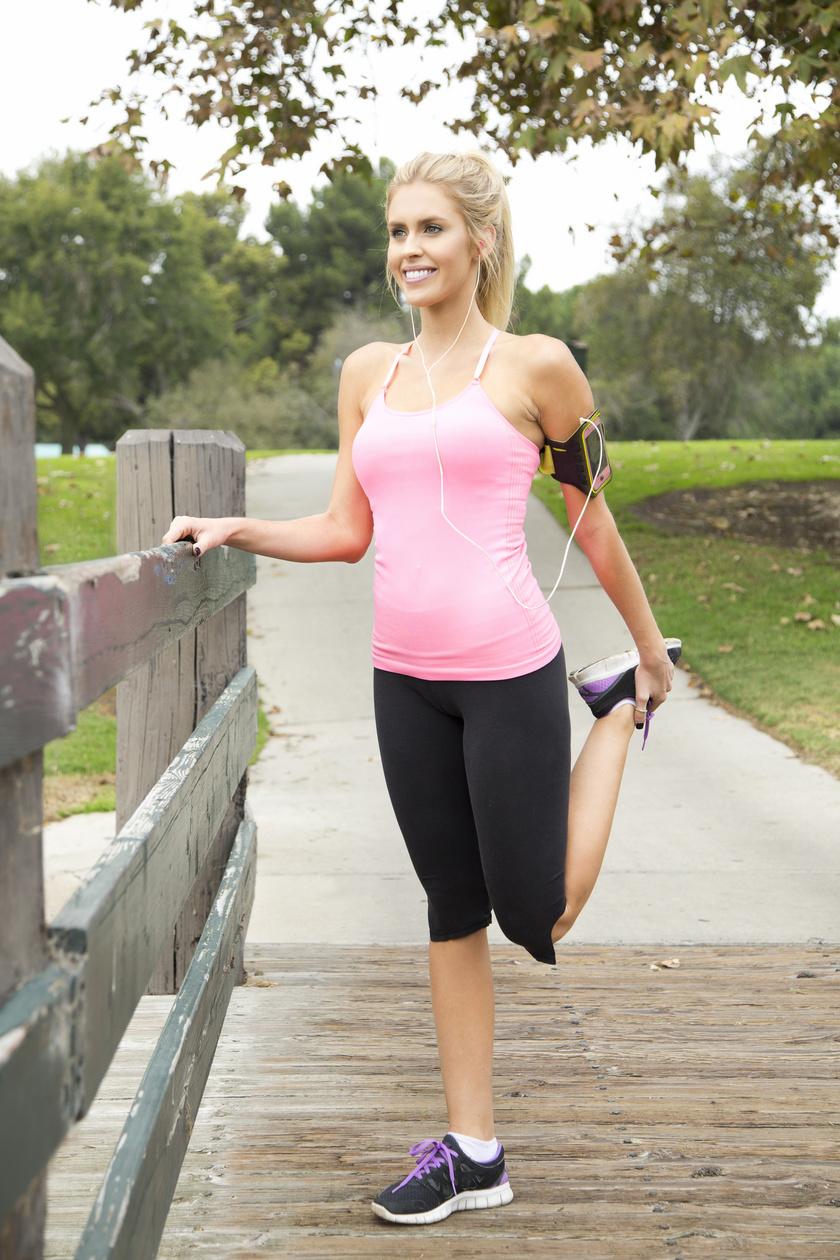 Az álló combizomnyújtáshoz fogd meg a bokádat, húzd hátulról a fenék felé, miközben a hát maradjon egyenes! A mozdulat megnyújtja a négyfejű combizmot, különösen a rectus femorist, valamint a szabóizmot.