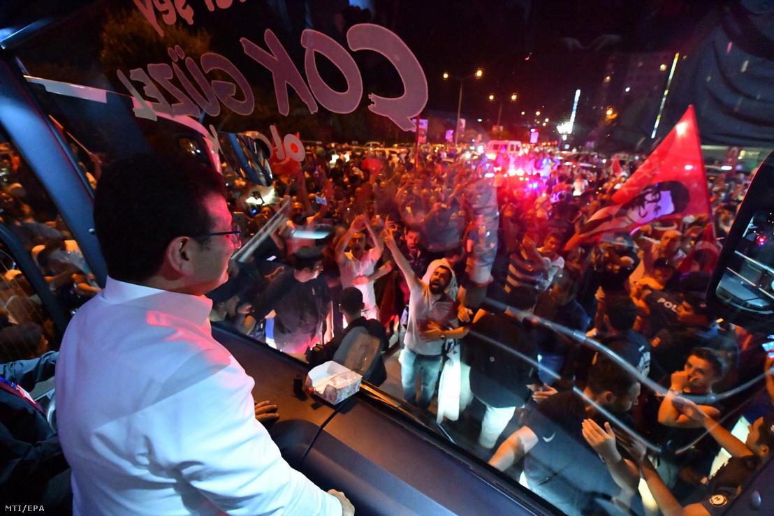 Ekrem Imamoglu érkezik egy kampánybuszon a megismételt főpolgármester-választás után Isztambulban 2019. június 23-án.
