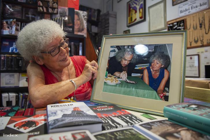 A dedikálás és közönség találkozó rendszeres program. Ez a kép Faludy György 90 éves korában készült.