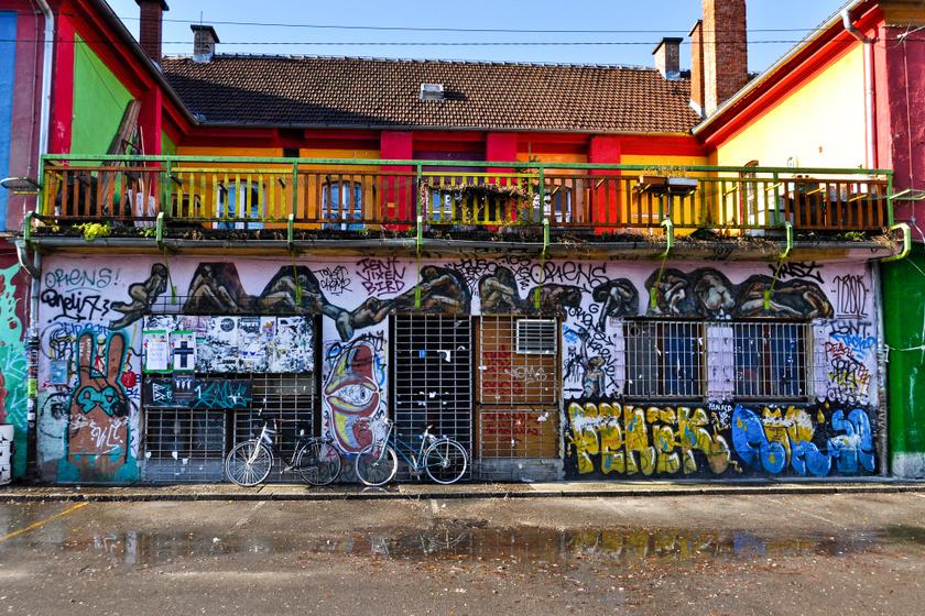 A Szlovénia fővárosában, Ljubljanában található Hostel Celica több mint száz évig katonai börtönként működött. Mostanra átalakították, graffitik tarkítják a falakat. Emellett kényelmesebb ágyakra és világítótestekre cserélték a régieket, de minden mást érintetlenül hagytak.