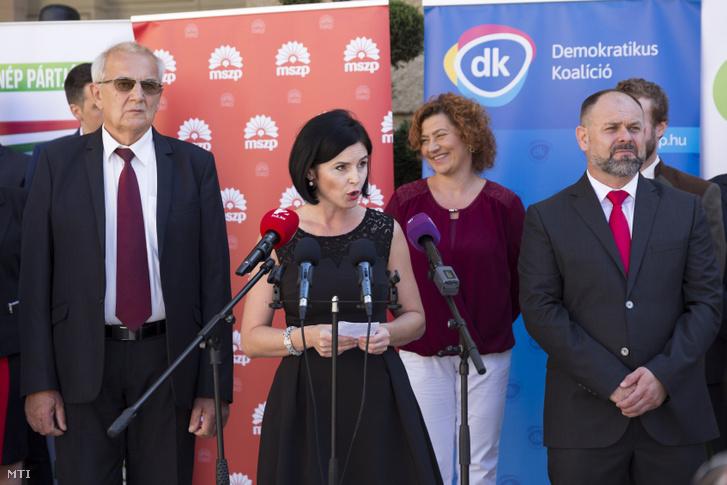 Kunhalmi Ágnes, az MSZP országgyűlési képviselője (k) beszél, egy korábbi soproni ellenzéki összefogás sajtótájékoztatóján augusztus 9-én