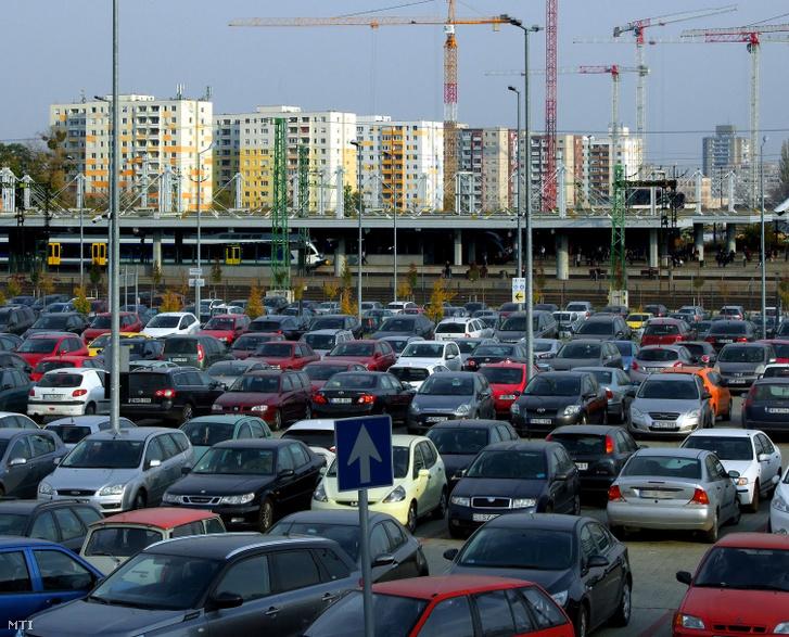 2018. november 16. Gépjármûvek a Zelk Zoltán úti P+R parkolóban a fõváros XI. kerületében a Kelenföld vasútállomás aluljárórendszere mellett.