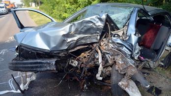 Hatalmas erővel csapódott fának egy Skoda, meghalt a sofőr