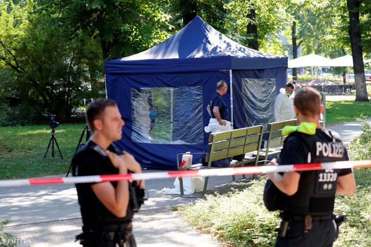 Nyomózók a gyilkosság helyszínén