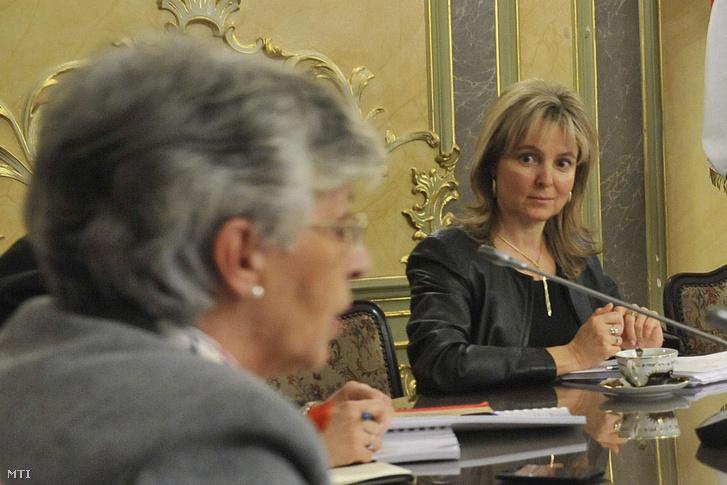 Polt-Palásthy Marianna (jobb oldal) helyettes államtitkárként még 2012. novemberében az Emberi Erőforrások Minisztériumában