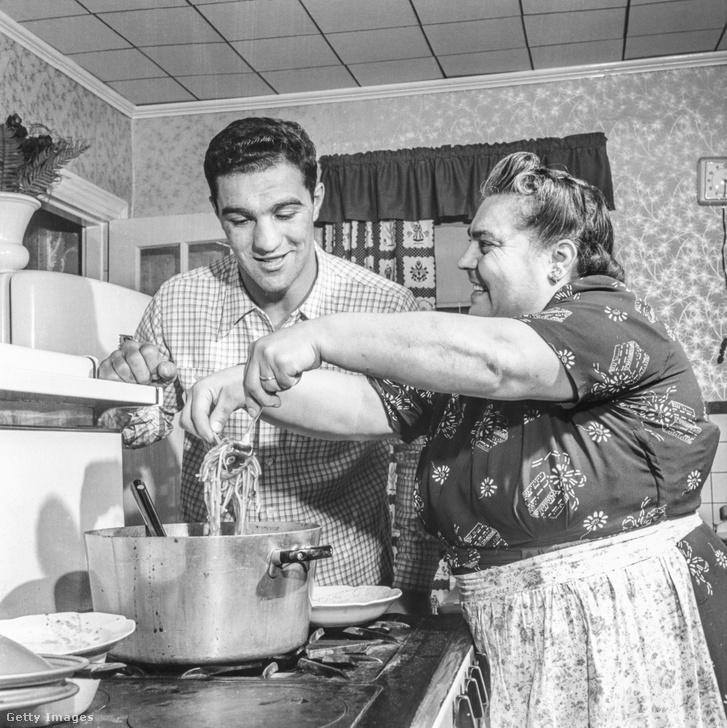 Rocky és édesanyja a massachusettsi Brocktonban lévő szülőházban, 1953-ban. A családnak olasz gyökerei vannak, Marciano nagyapja 1914-ben vándorolt Milánóból az USA-ba.