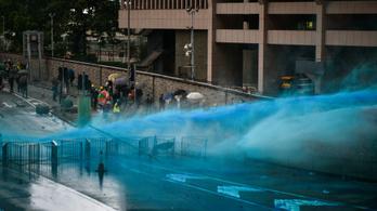 Vízágyúval oszlat a rendőrség Hongkongban