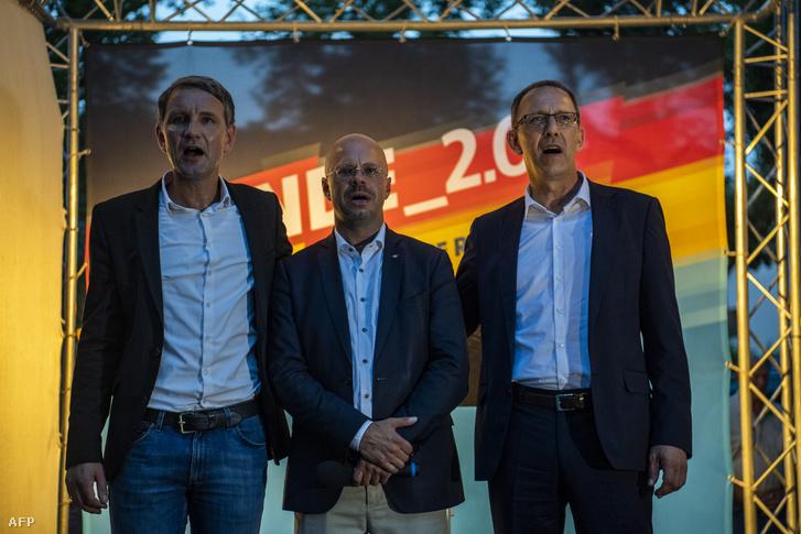 Björn Hoecke, Andreas Kalbitz - a brandenburgi AfD elnöke és csúcsjelöltje - és Jörg Urban éneklik a himnuszt az AfD választási rendezvényén a brandenburgi Königs Wusterhausenben 2019. augusztus 30-án