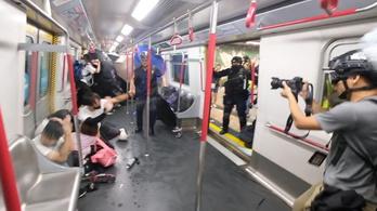 Hongkong: a rendőrök gumibottal vertek, paprikaspray-ztek embereket a metróban