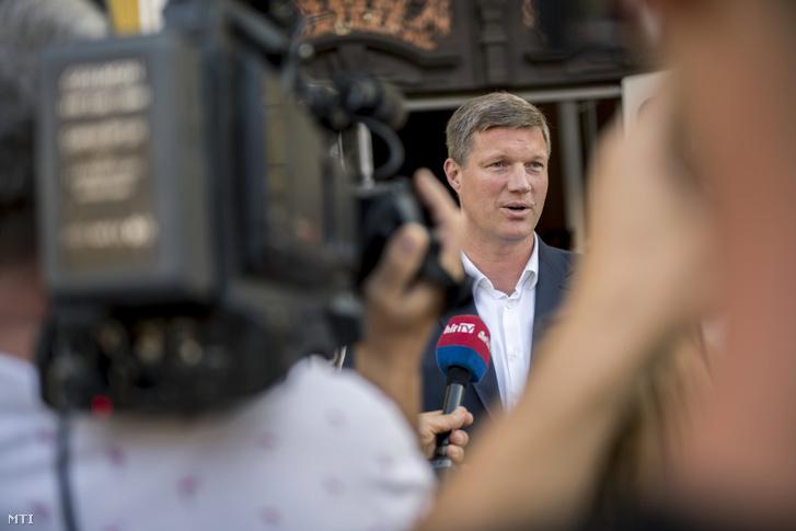 Vári Attila a Fidesz-KDNP és az Összefogás Pécsért polgármesterjelöltje nyilatkozik a pécsi városházánál miután leadta ajánlóíveit 2019. augusztus 28-án