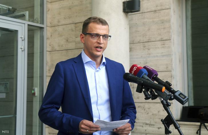 Alakszai Zoltán a Fidesz-KDNP miskolci polgármesterjelöltje a városháza előtt tartott sajtótájékoztatóján 2019. augusztus 13-án